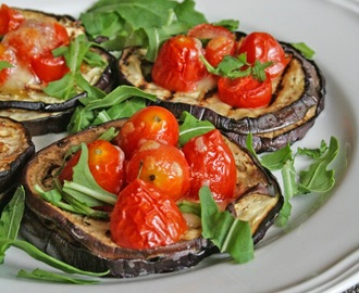 Pizzette di melanzane, mozzarella e pomodorini / Aubergine bruschetta with mozzarella cheese and cherry tomatoes
