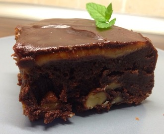 Brownie con nueces, dulce de leche y cobertura de chocolate