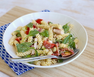 Pastasalade met gerookte kip (+video)
