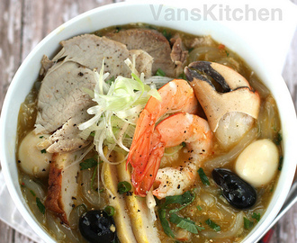 Vietnamese crab thick noodle soup (Bánh canh cua)