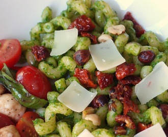 Pasta with pea shoot and baby leaf pesto and sundried tomatoes