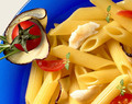 Penne Rigate con lubina, berenjenas y tomates