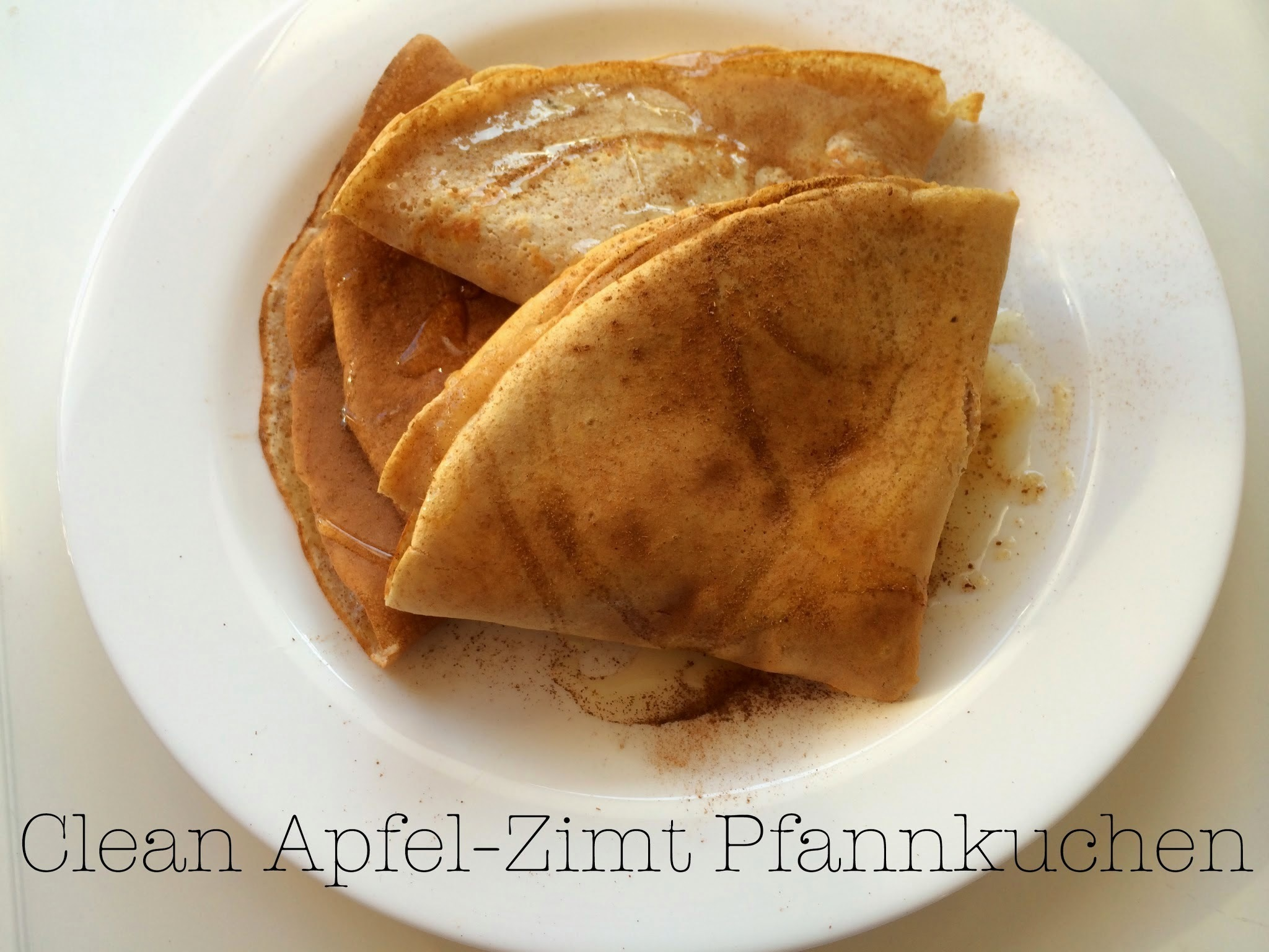 "Clean Pfannkuchen mit Apfelmus, Zimt und ""Zucker"" / Clean Protein-Crepes with cinnamon and apple sauce"
