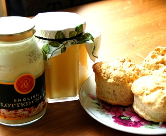Scones mit Clotted Cream und Apple-Lemon-Curd