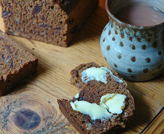Cakes & Bakes: Date and walnut loaf