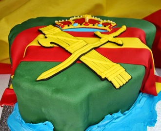 TARTA GUARDIA CIVIL... por dentro un LAYER CAKE DE STRACCIATELA Y CHOCOLATE