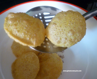 White Puris/Pooris with sesame seeds