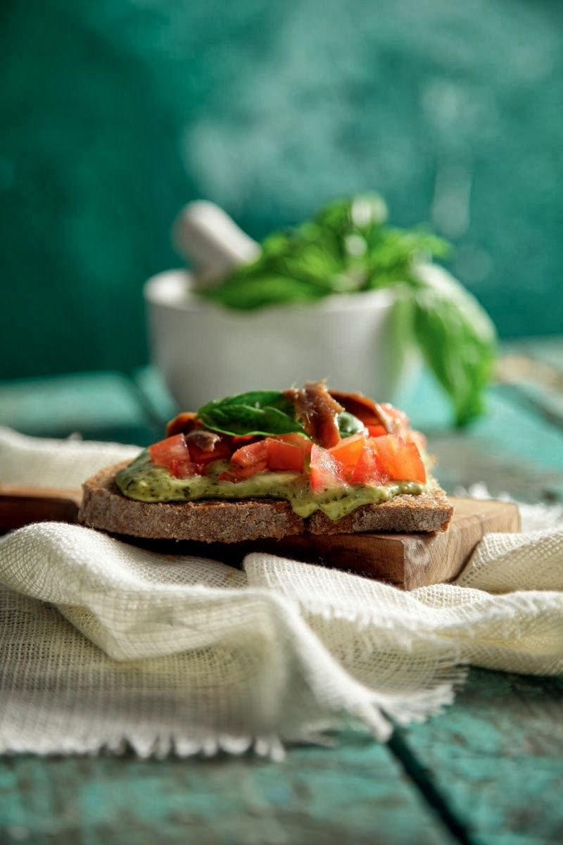 Fast and easy open sandwiches with creamy mayonnaise pesto, fresh tomato and anchovies for a great appetizer or snack!