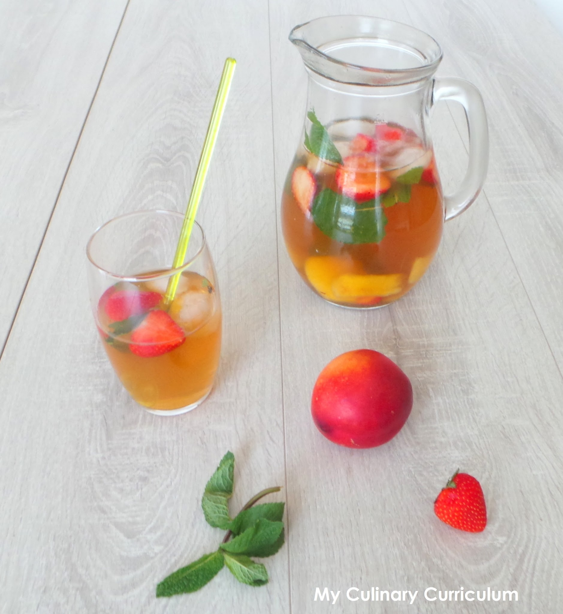 Thé vert glacé nectarines, fraises et menthe (Iced green tea nectarines, strawberries and mint)
