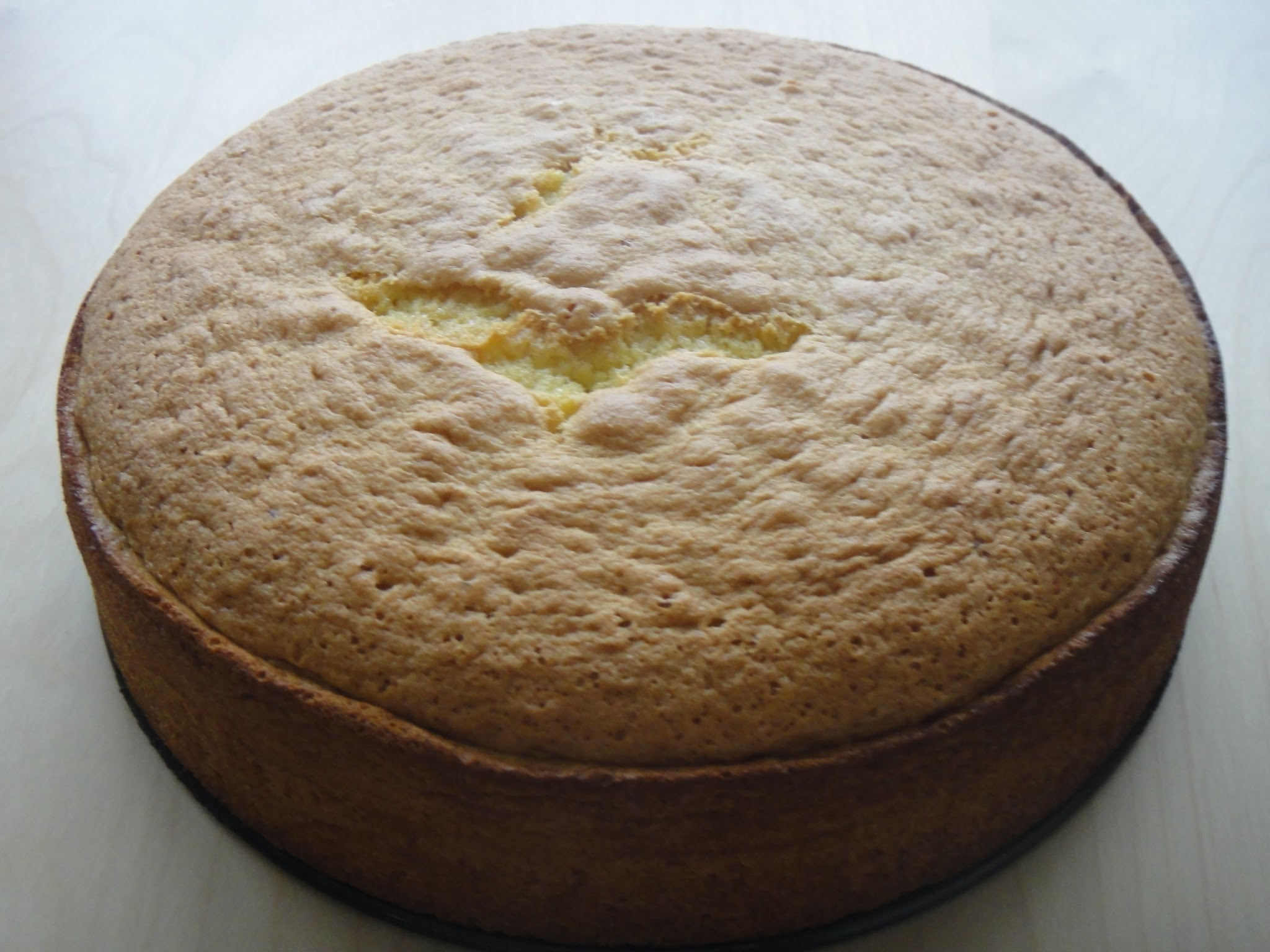 Prosty biszkopt na tort lub ciasto owocowe / A simple sponge cake for layer or fruit cake