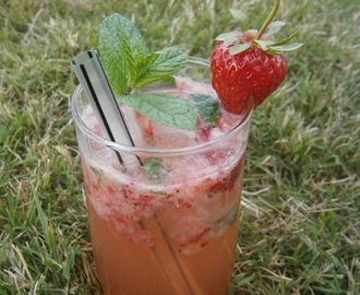 """Strawberry smash"" : cocktail de fraises au gin, menthe et citron vert"
