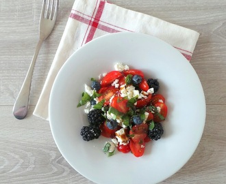 Salade de tomates cerise, mûres, myrtilles et feta (cherry tomatoes, blackberries, blueberries and feta salad)