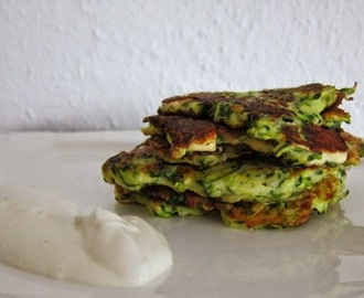 Zucchini, Feta and Spinach Fritters mit Tzatziki