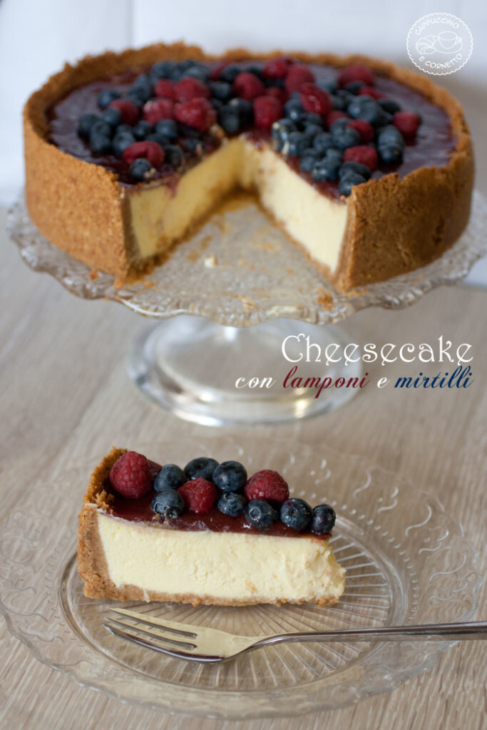 Cheesecake con lamponi e mirtilli