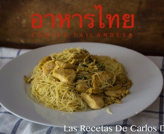 Fideos de arroz con pollo y curry