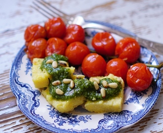 Paistettu polenta ja paahdetut tomaatit | Fried polenta and roasted tomatos
