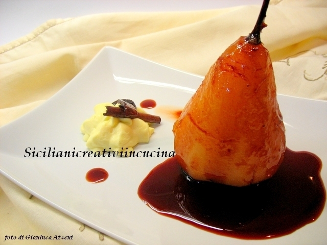 Pere cotte con salsa al vino e chantilly all'arancia