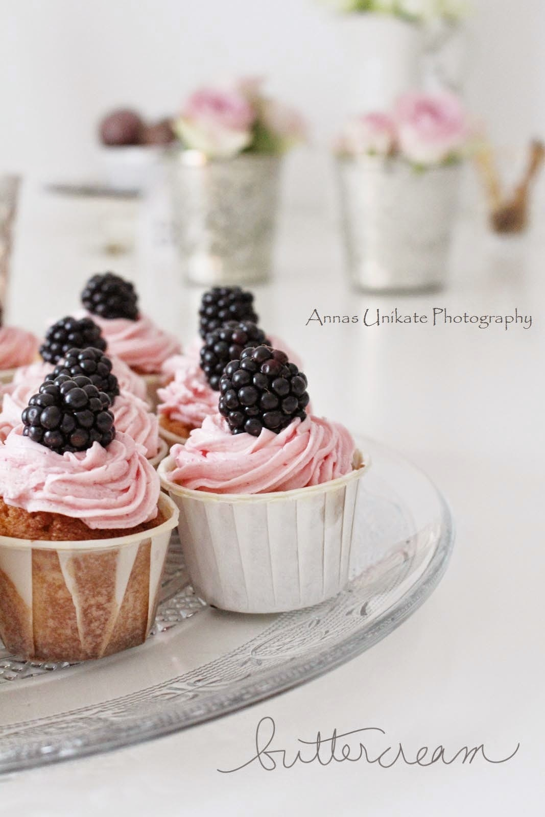 Cupcakes im rosa Buttercreme-Outfit