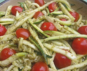 Courgette noedels met pesto