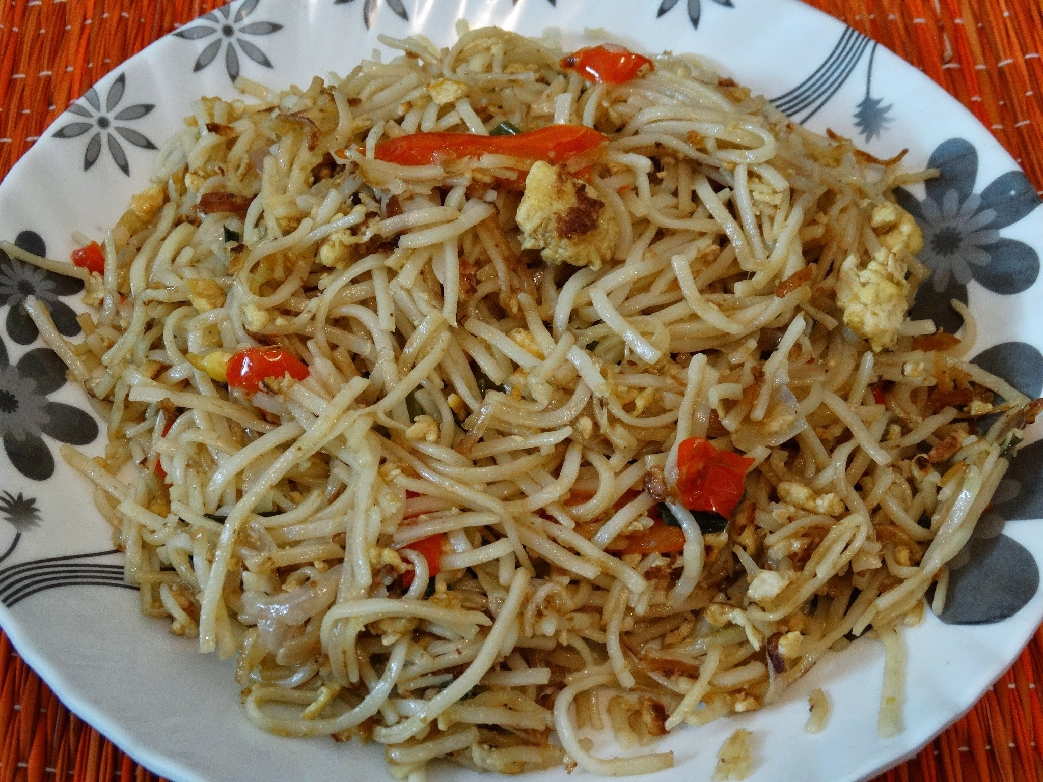 Chinese egg hakka noodles