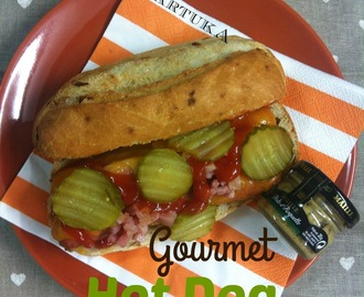 Perrito Caliente Con Cheddar, Pepinillos Y Bacon (Gourmet Hot Dog)