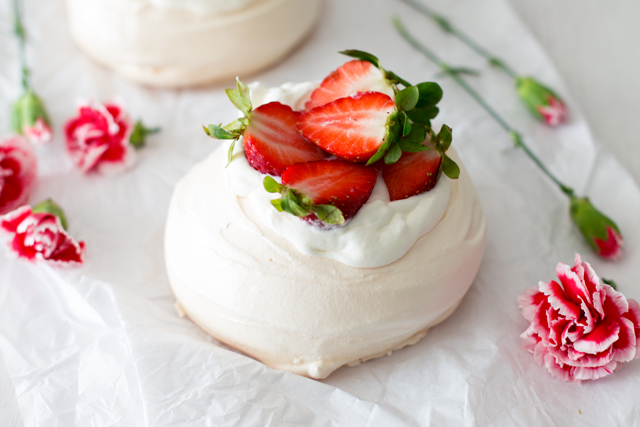 Pavlova de morango . Strawberry pavlova