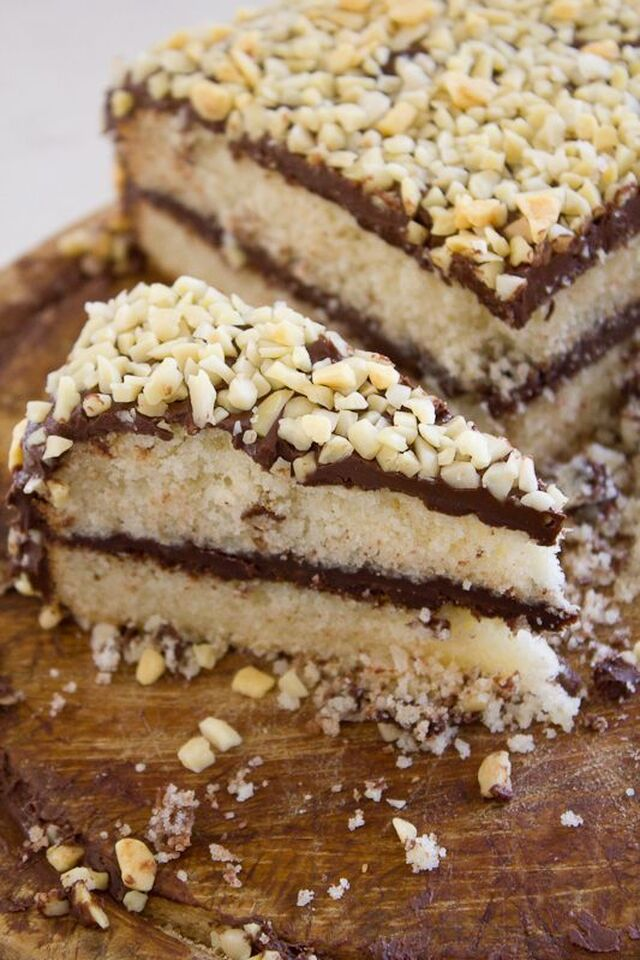 Torta allo yogurt farcita di Nutella e nocciole / Yogurt cake filled with Nutella cream and hazelnuts