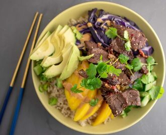 Bulgogi bowl met mango, rode kool en avocado
