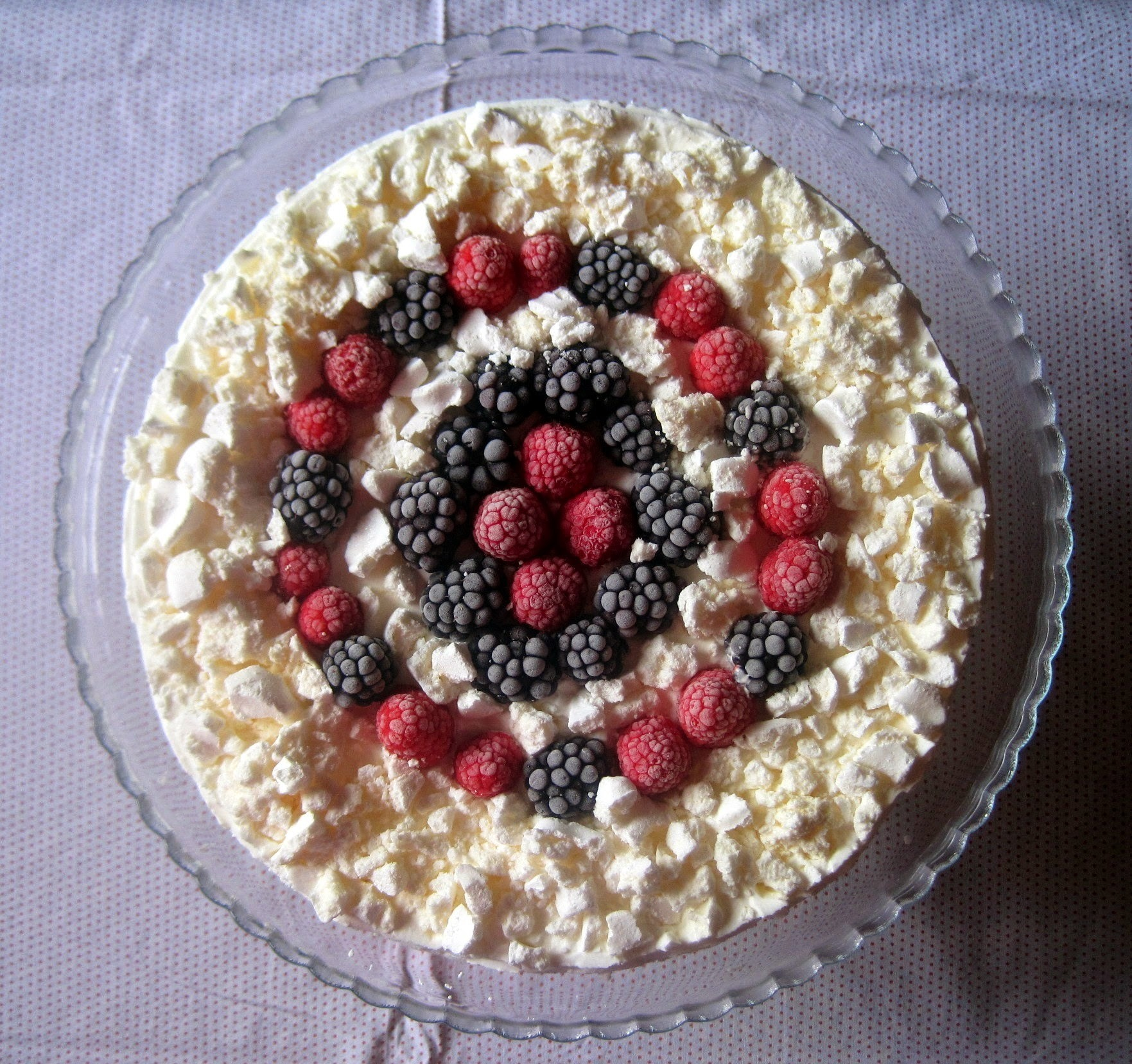 Torta Meringata alle more e lamponi - Meringue cake with blueberries and raspberries