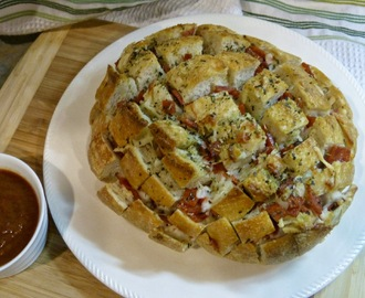 Cheesy Pizza Pull Apart Bread