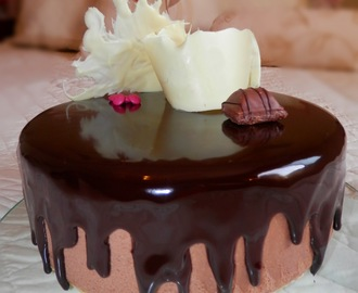 Tarta mousse de chocolate con glaseado brillante