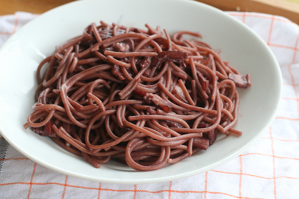 Spaghetti with red wine and pancetta sauce *recipe*