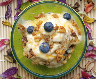 Helado natural de plátano con nueces, arándanos y sirope de arce // Nice-cream of banana with walnuts, blueberries and maple syrup