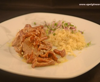 Polędwiczki wieprzowe w sosie kurkowym z wędzonym twarogiem, serwowane z kaszą kuskus / Pork tenderloin in mushroom sauce with smoked cheese and couscous