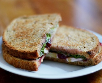 Brie, żurawina i guacamole - grillowane kanapki / Brie, cranberry and guacamole - grilled sandwich
