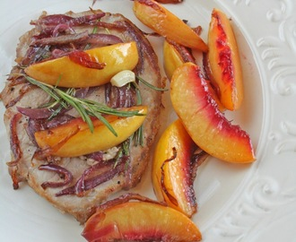Braciola di maiale alle pesche e cipolla / Steak with peaches and onion