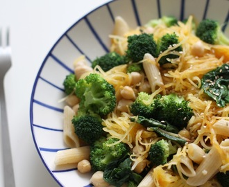 Courge spaghetti, pois chiches et légumes verts