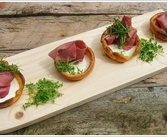 Mini Yorkshire Puddings with Roast Beef & Horseradish and Crème Fraiche / Mini Yorkshire Puddings mit Roastbeef und Meerrettich und Crème Fraiche
