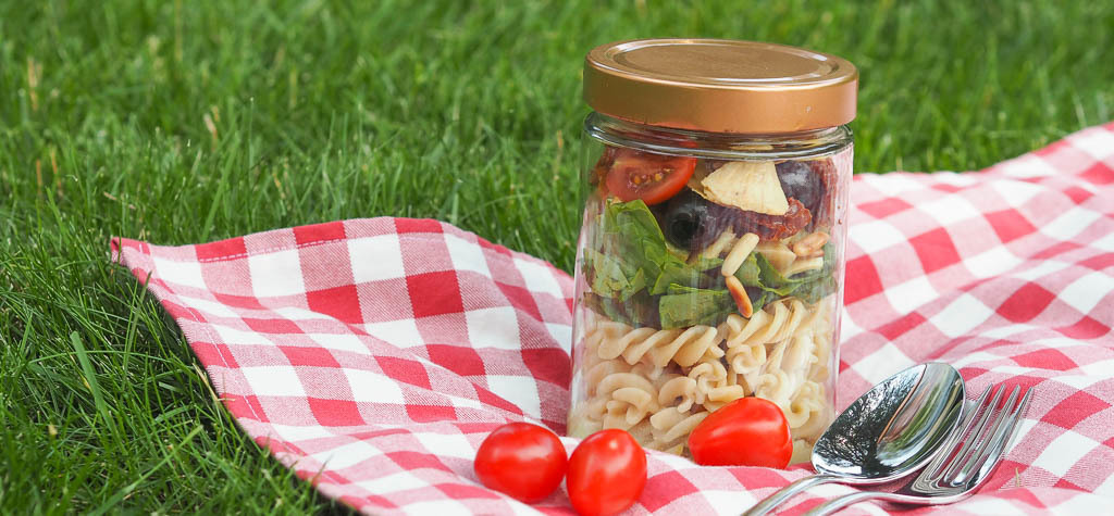spinach artichoke pasta salad: eating outdoors