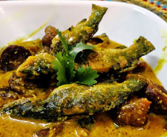 Bari diye Tangar Macher Jhal (Tangra Fish Curry with Vadis) Recipe