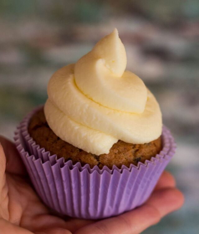 Karotten-Gewürz Cupcakes mit Frischkäse-Frosting… Carrot Spice Cupcakes with Cream Cheese Frosting