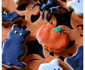 Biscotti alla zucca (disidratata) e spezie per Halloween e Dia de Los Muertos …pipistrelli, zucche, mummie, gatti neri, fantasmie teschi messicani – Pumpkin spiced cut-out cookies for Halloween and Dia de los Muertos… Mummies, bats, ghosts, pumpkins, black cats and mexican skulls