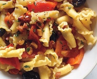 Pasta With Roasted Red Peppers and Almonds