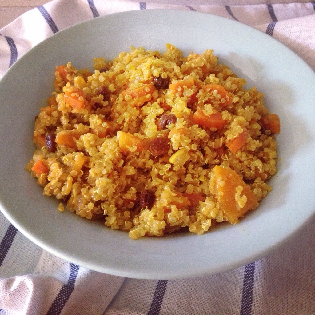 Risotto de quinoa, calabaza, curry & pasas