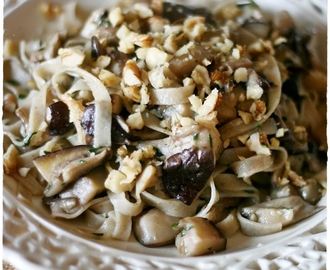 Tagliatelle d'orzo integrali con funghi shitake all'aglio orsino e noci – Barley tagliatelle with shiitake mushrooms, walnuts and wild garlic