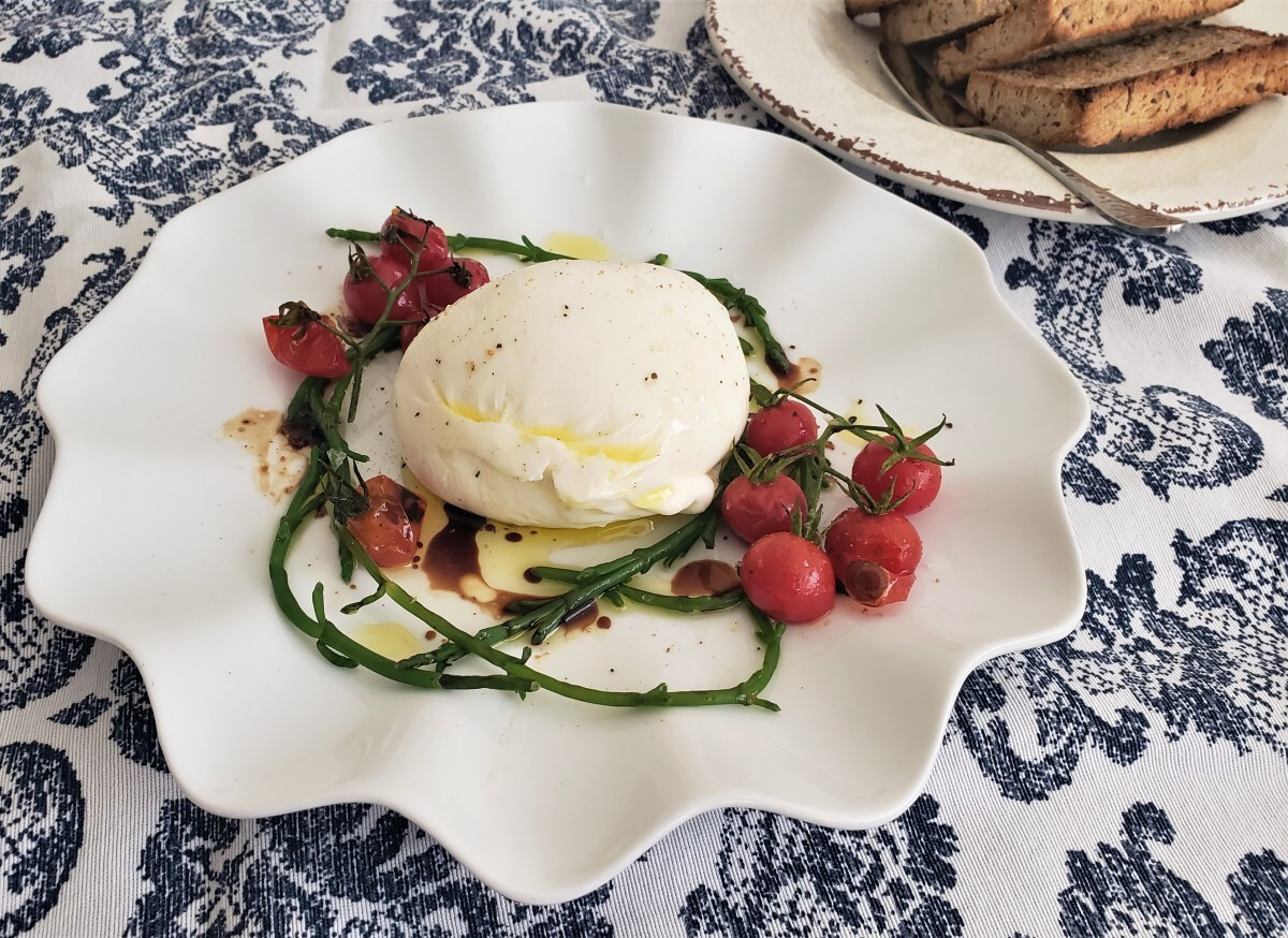 Ensalada de burrata, salicornia y jitomatitos rostizados/ Burrata, samphire and roasted small tomatoes salad