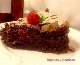 PASTEL BROWNIE CON FRAMBUESA Y MERENGUE DE CHOCOLATE