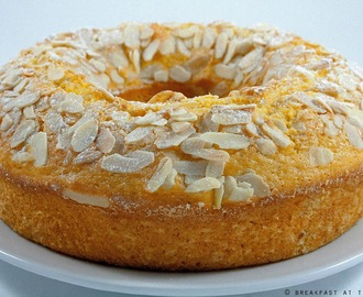 Ciambellone agli agrumi con yogurt e mandorle / Citrus ring-shaped cake with yogurt and almonds