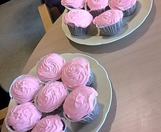 Dumle cupcakes med rosa cream cheese frosting