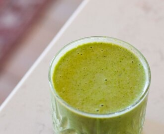 Superfood Smoothie med Matcha, Hamp og Byggræs